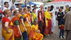 Hinduistische Glaubensschwester und – brüder.