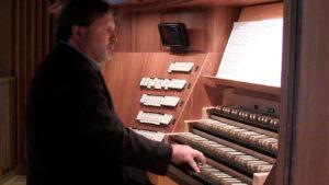 WE_S.Römisch an der Orgel